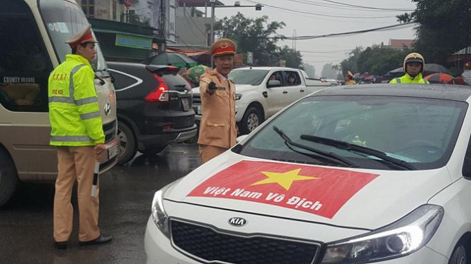 Lực lượng CSGT được bố trí dọc các tuyến đường vào trung tâm Khai Lễ.