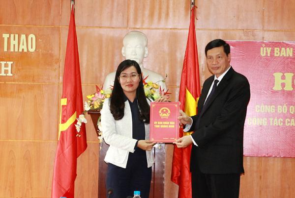 Chủ tịch UBND tỉnh Quảng Ninh - Nguyễn Đức Longtrao Quyết định bổ nhiệm chức vụ Giám đốc Sở VH - TT cho đồng chí Nguyễn Thị Hạnh, nguyên Bí thư Huyện ủy, nguyên Chủ tịch HĐND huyện Hoành Bồ.