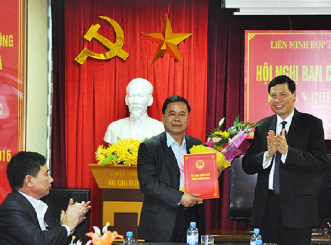 Ông Nguyễn Đức Long - Chủ tịch UBND tỉnh, trao quyết định điều động của UBND tỉnh cho đồng chí Vũ Công Lực giữ chức vụ Chủ tịch Liên Minh Hợp tác xã tỉnh.