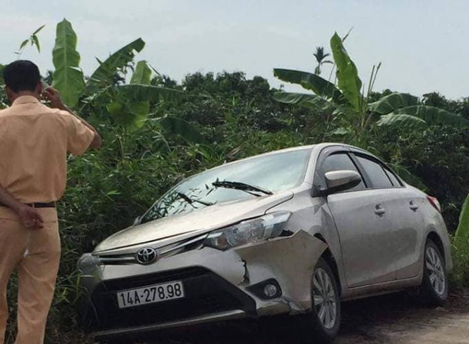 Chiếc xe ô tô của nạn nhân tại hiện trường bị hư hại phần đầu.