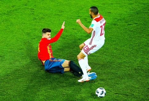 Tình huống trong trận Tây Ban Nha - Ma Rốc, trung vệ Pique (Tây Ban Nha) phi 2 chân vào đối phương có thể bị thẻ đỏ nhưng trọng tài không xem VAR: ảnhREUTERS.