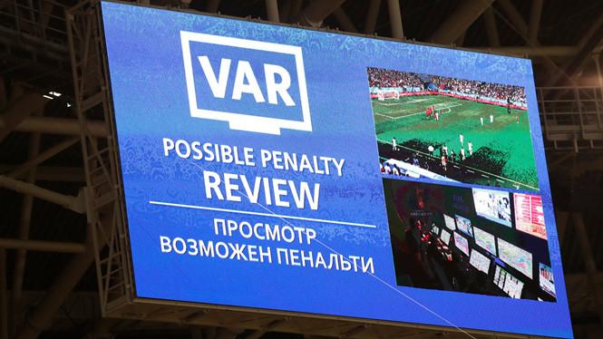 Công nghệ VAR tạo nhiều thú vị cho World Cup, nhưng cũng đang gây tranh cãi dữ dội về quyền sử dụng VAR thuộc về ai.