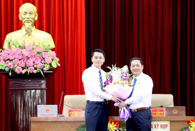 Đồng chí Vũ Văn Học, Bí thư Thị ủy, Chủ tịch HĐND TX Đông Triều tặng hoa chúc mừng đồng chí Phạm Văn Thành.