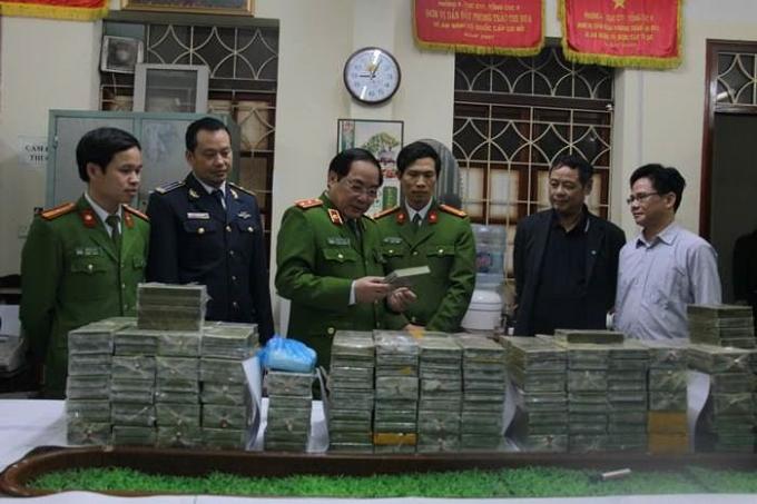Các cơ quan chức năng và tang vật 288 bánh ma túy bắt tại Cao Bằng. ảnh: TL