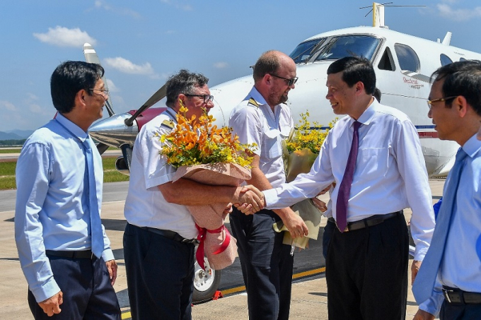 Lãnh đạo tỉnh Quảng Ninh tặng hoa phi công hoàn thành chuyến bay đầu tiên hạ cánh xuống sân bay Vân Đồn.