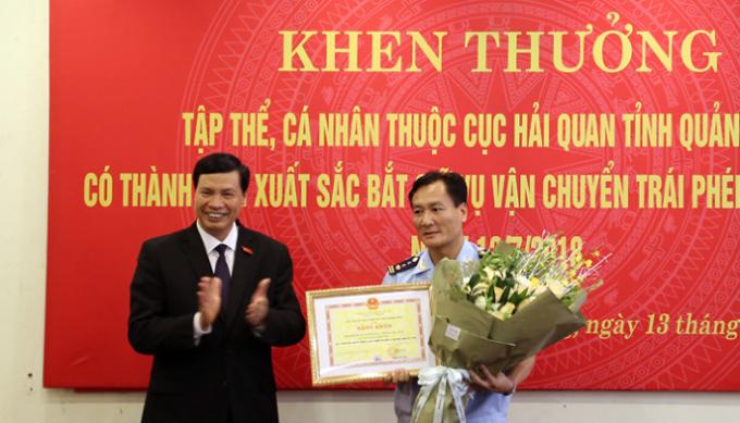 Ông Nguyễn Đức Long-Phó Bí thư tỉnh ủy, Chủ tịch UBND tỉnh Quảng Ninh trao bằng khen cho các cá nhân có thành tích xuất sắc.