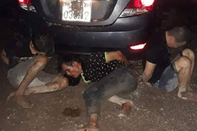 Nhóm đạo chích cùng chiếc ô tô dùng để đi trộm tài sản bị gia chủ và người dân bắt giữ.