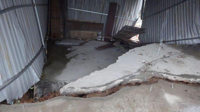 Nhà dân bị sạt lở do ảnh hưởng của mưa lũ.