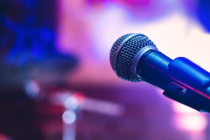 Nạn nhân bị tử nạn trong khi chỉnh sửa mic hát karaoke (ảnh minh họa).