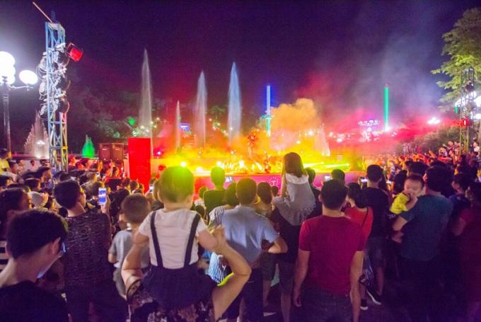 """Quảng Ninh: Vé vào miễn phí, """"Đảo ngọc Tuần Châu"""" chật ních người"""