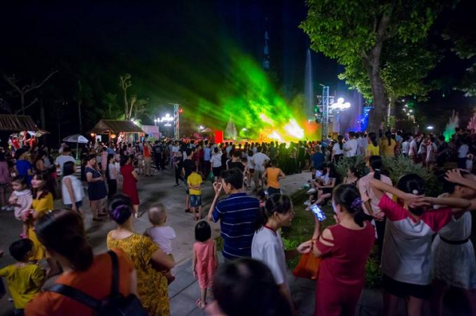 Các chương trình biểu diễn ánh sáng nghệ thuật lôi cuốn đông đảo du khách.