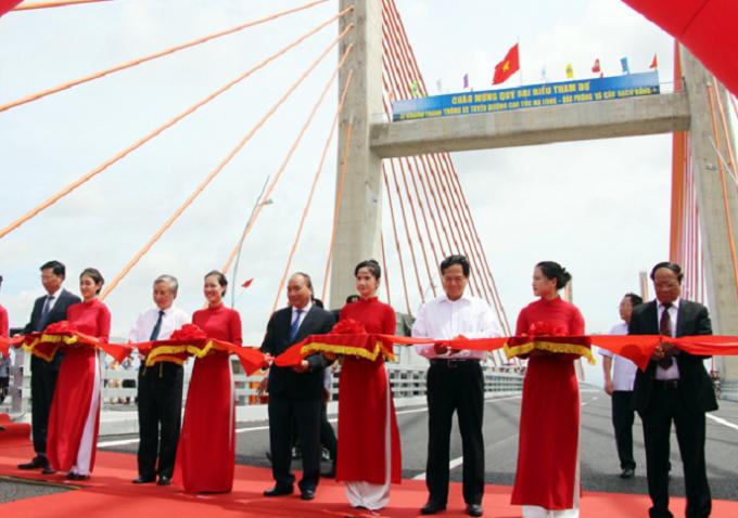 Thủ tưởng Nguyễn Xuân Phúc cùng các đồng chí nguyễn là lãnh đạo Đảng, Nhà nước và lãnh đạo UBND tỉnh Quảng Ninh, các Bộ, ban ngành cắt băng khánh thành.