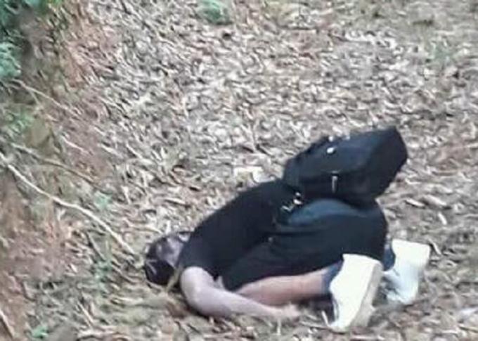 Nam thanh niên được phát hiện tử vong trong tư thế quỳ gối.