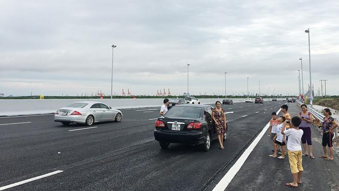 Nhiều người hiếu kỳ dừng xe chụp ảnh, ảnh hưởng không nhỏ đến công tác đảm bảo trật tự an toàn giao thông.