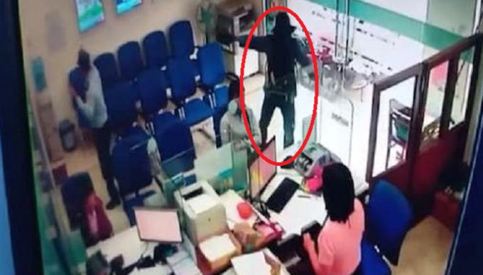 Hình ảnh của đối tượng đã bị camera của ngân hàng ghi lại.