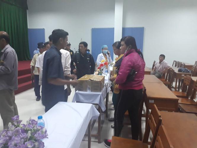 Người nhà sản phụ mang thi thể 2 thai nhi song sinh vào Bệnh viện đa khoa tỉnh Vĩnh Long tố bác sĩ tắc trách, yêu cầu làm rõ. ẢNH: XUÂN PHÚC.