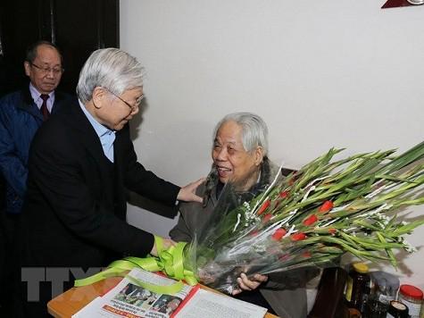 Tổng Bí thư Nguyễn Phú Trọng chúc mừng sinh nhật nguyên Tổng Bí thư Đỗ Mười hồi tháng 2/2018. (Ảnh: TTXVN).