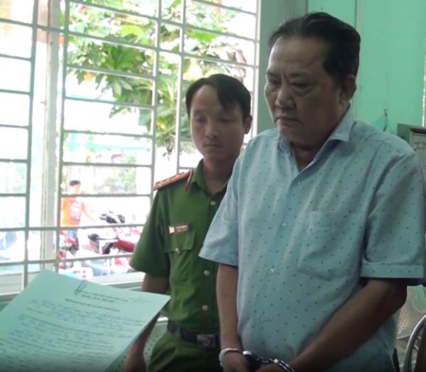 Ông Trần Hữu Thọ nghe đọc lệnh bắt giữ.