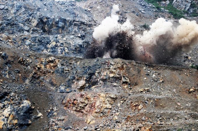 Do mâu thuẫn giữa chính quyền địa phương với người dân trong quá trình khai thác đá, một cán bộ bị người dân tạm giữ để mong được đối thoại (ảnh minh họa).