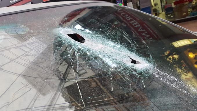 Phần kính trước chiếc ô tô bị thanh sắt đâm thủng.