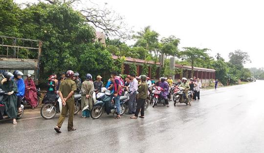 Lực lượng công an cùng người dân vay bắt đối tượng người Lào.