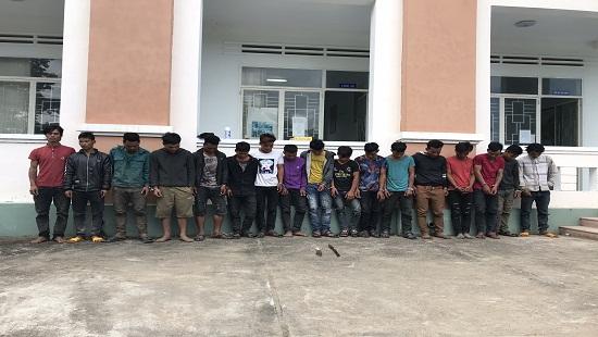 Nhóm thanh niên làng Klá tại cơ quan điều tra.