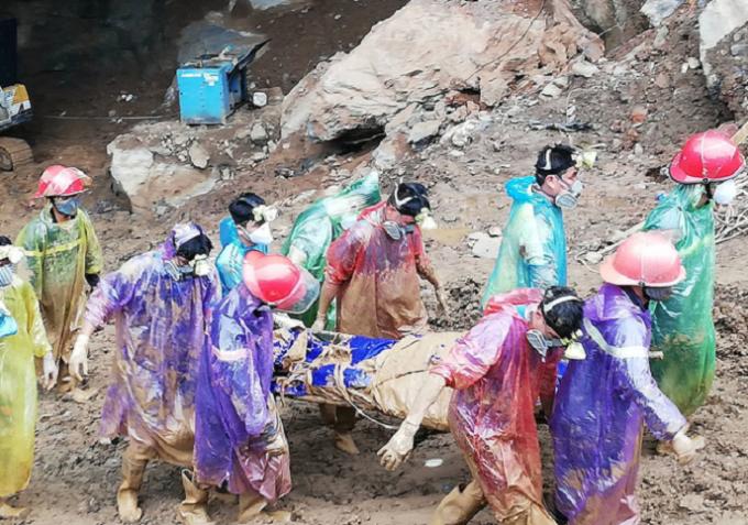 Một trong các nạn nhân được lực lượng chức năng phát hiện đưa ra khỏi khu vực gặp nạn.
