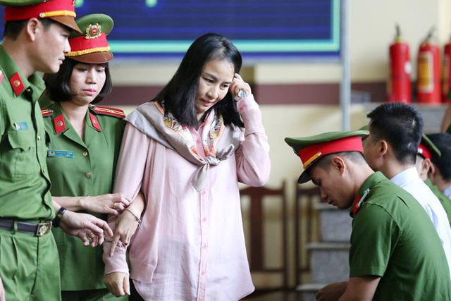 Bị cáo Lưu Thị Hồng được lực lượng an ninh đưa về vị trí theo quy định tại phiên tòa.