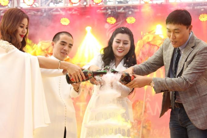 Đại diện các đối tác chung tay thực hiện các nghi thức tại buổi lễ.