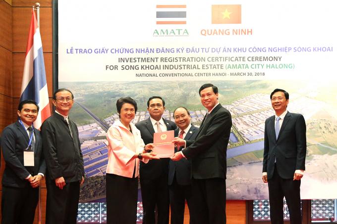 Chủ tịch UBND tỉnh Quảng Ninh trao Giấy chứng nhận đăng ký đầu tư dự án khu công nghiệp Sông Khoai cho tập đoàn AMATA