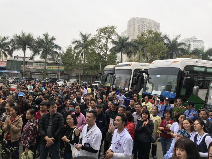Sảnh Bệnh viện K từ sáng sớm đã rất đông bệnh nhân xếp hàng chờ đợi lên chuyến xe yêu thương.