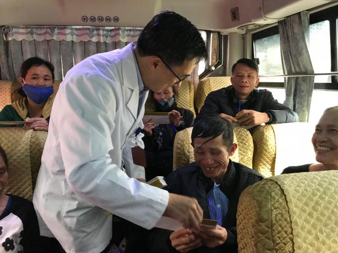 GS.TS Trần Văn Thuấn - Giám đốc Bệnh viện K lên chuyến xe yêu thương tặng quà cho bệnh nhân trước khi về quê ăn Tết.