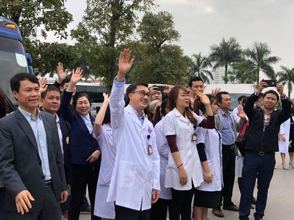 Ban lãnh đạo Bệnh viện K tiễn người bệnh về quê ăn Tết.