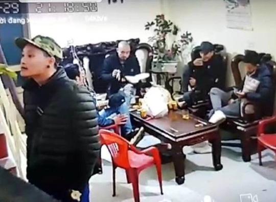 Hình ảnh nhóm thanh niên tới nhà đòi nợ ở lì trong nhà bà Nguyễn Thị Dịu, mang cơm ra ăn vào trưa ngày 3/2 (ngày 29 Tết) - Ảnh cắt từ clip.