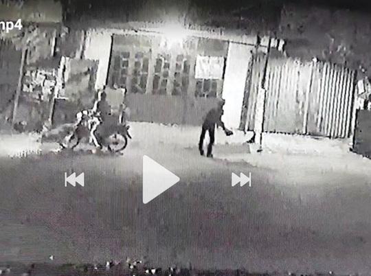 Hình ảnh nhóm thanh niên ném chất bẩn vào nhà bà Dịu - Ảnh cắt từ clip.