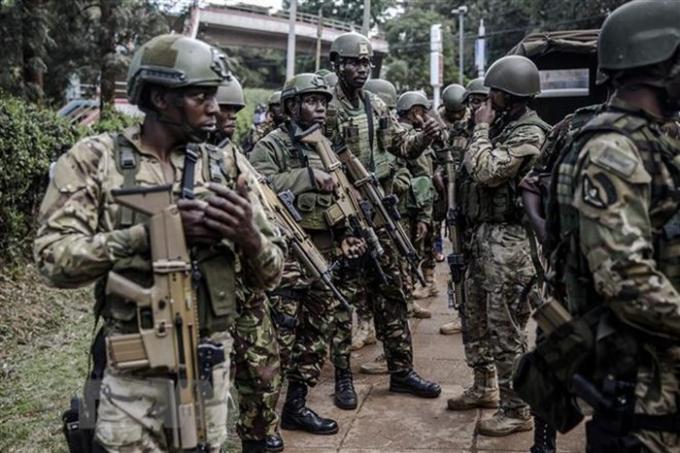 Lực lượng đặc nhiệm làm nhiệm vụ tại hiện trường vụ tấn công tại khu tổ hợp văn phòng - khách sạn ở Nairobi, Kenya, ngày 15/1/2019. (Ảnh: AFP/TTXVN).