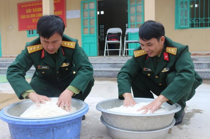 Các chiến sĩBan Chỉ huy quân sự huyện Bình Liêu chuẩn bị gạo nếp để gói bánh.