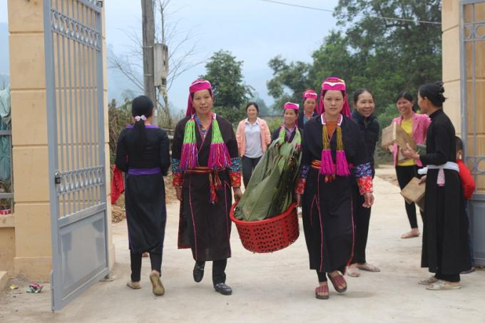 Bà con dân tộc thiểu số vui mừng với ngày hội gói bánh chưng dành tặng những người nghèo trên địa bàn huyện.