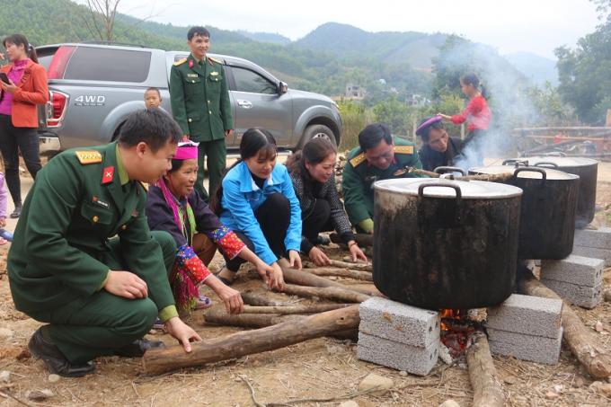 Một dàn nồi bánh được nổi lửa trong niềm hoan hỉ của quân và dân.