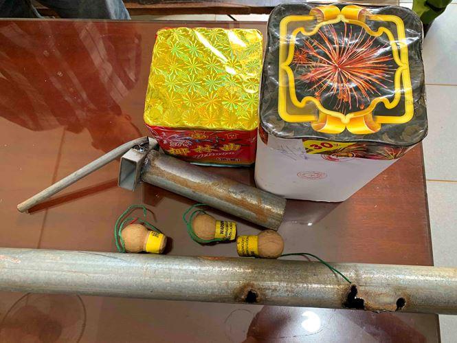 Các vật chứng liên quan tới hành vi đốt pháo hoa trái phép, có thể gây nguy hiểm tính mạng