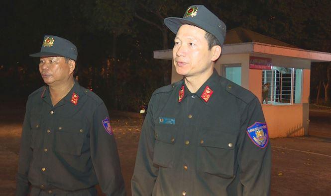 Giám đốc Công an tỉnh- Đại tá Vũ Hồng Văn ( bên phải) trực tiếp chỉ đạo xử lý đối tượng chống người thi hành công vụ ngay trong đêm giao thừa