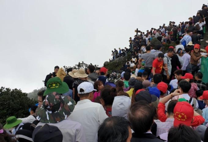 Hàng nghìn người hành hương về Chùa Đồng trên đỉnh núi thiêng Yên Tử.