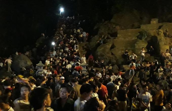 Dòng người nêm chặt tại tuyến đường đi vào động Hương Tích.