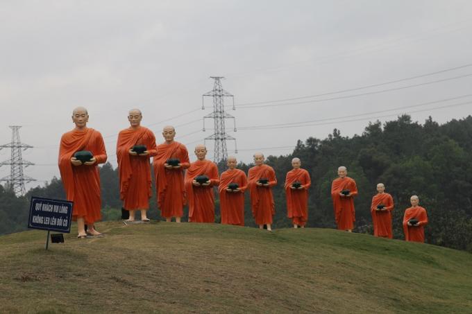 Những hình ảnh ấn tượng tại tuyến đường dẫn lên ngôi chùa
