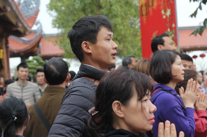 Người dân chiêm bái cầu bình an trong năm mới.