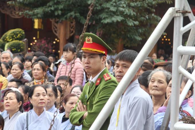 Lực lượng an ninh được bố trí nhiều nơi tại khu trung tâm lễ hội.