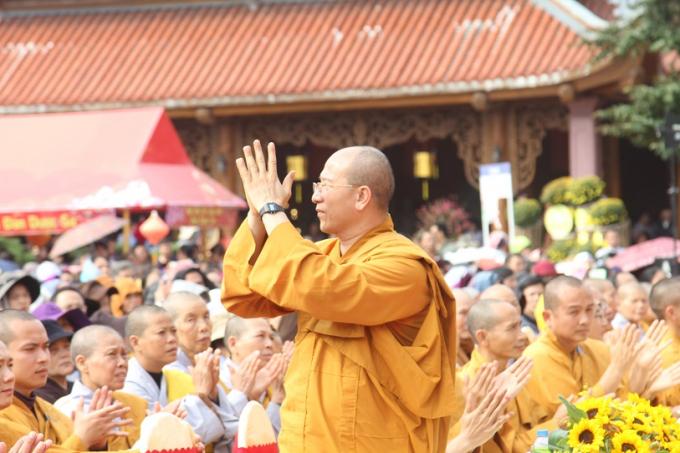 Đại đức Thích Trúc Thái Minh-Chủ trì chùa Ba Vàng thỉnh chào các đại biểu và các Tăng, Ni, Phật tử và đông đảo người dân tham dự Lễ khai hội.