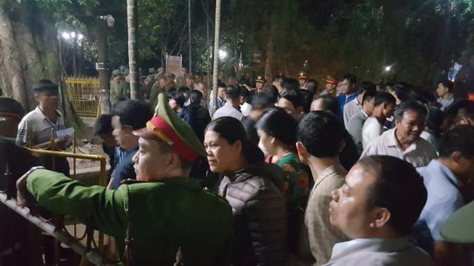 Trong khuôn viên đền Trần được thiết lập các hàng rào ngăn dòng người và được canh gác bởi lực lượng cảnh sát.