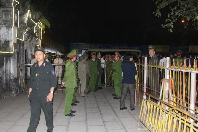 Lối đi vào khuôn viên đền Trần được thiết lập hàng rào an ninh dày đặc.