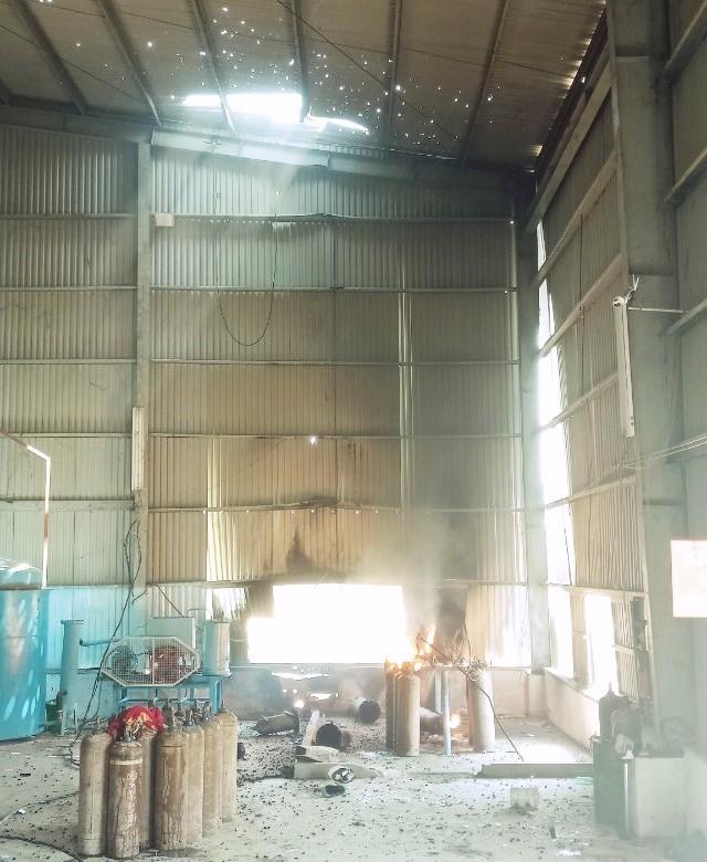 Vụ nổ khiến 3 công nhân vị thương nặng, nhà xưởng bị hư hỏng.